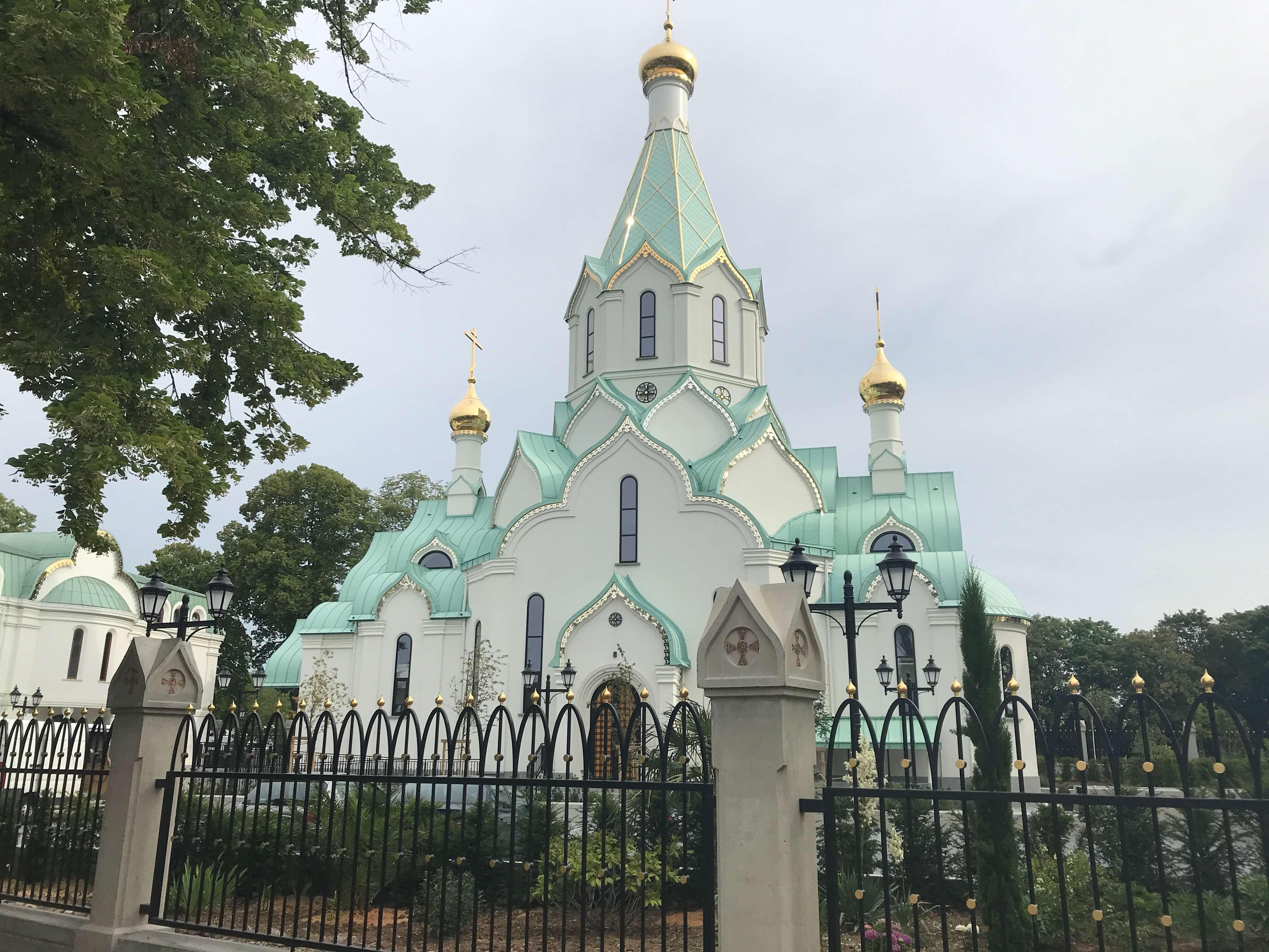 wunderschöner Blickfang: russ.-orthodoxe Kirche am Kanal