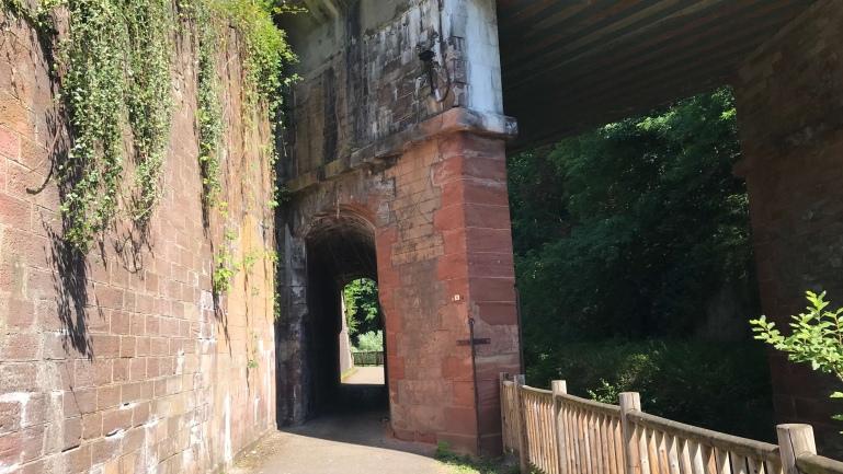 das Nadelöhr unter der Eisenbahnbrücke