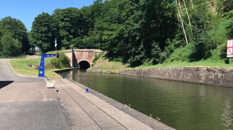 der Kanal verschwindet im Tunnel